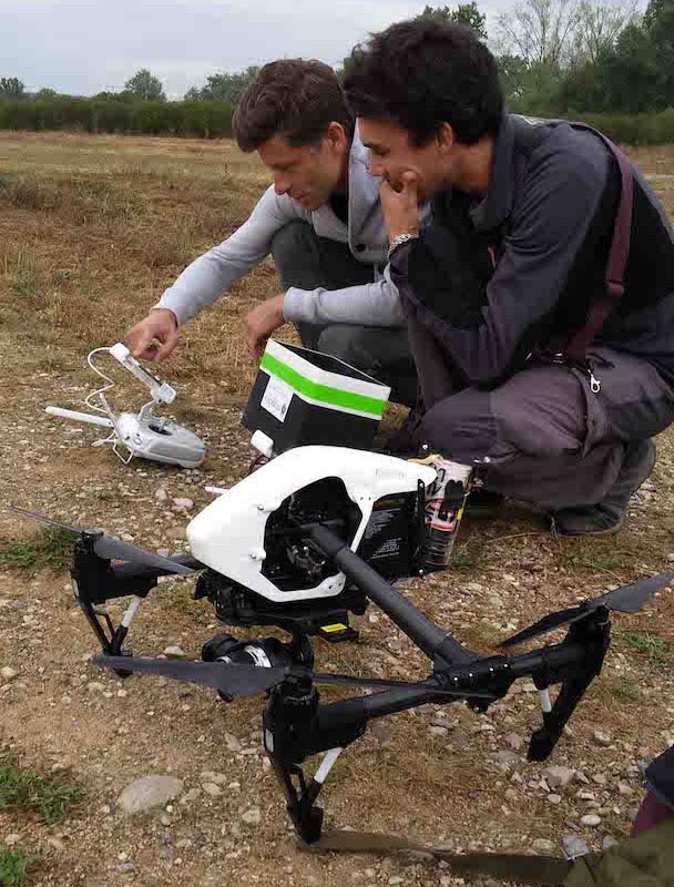 Pilotes de Studiofly effectuant les derniers réglages du drone et testant les retours vidéo