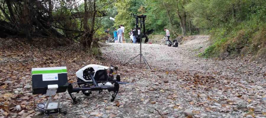 Drone Inspire 4K Raw en premier plan devant un steadicam dans un décor de tournage
