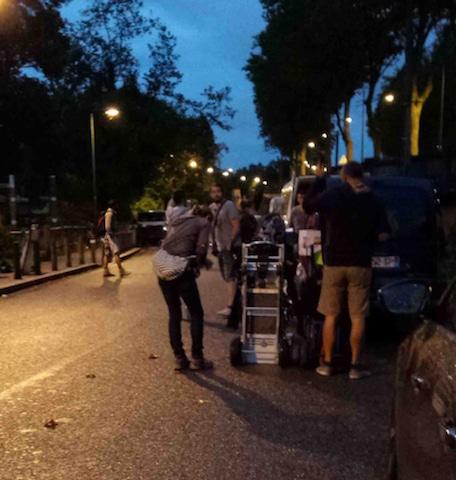 Équipe régie de léonis production préparant leurs équipements pour le tournage d'une fiction pour TF1