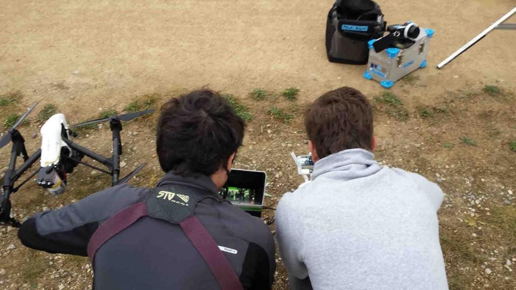 Télépilotes réglant les retours caméras du drone inspire 1 sur les radiocommandes