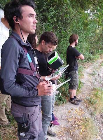 Deux télépilotes de la société Studiofly pilotant un drone par le biais de leurs radiocommandes
