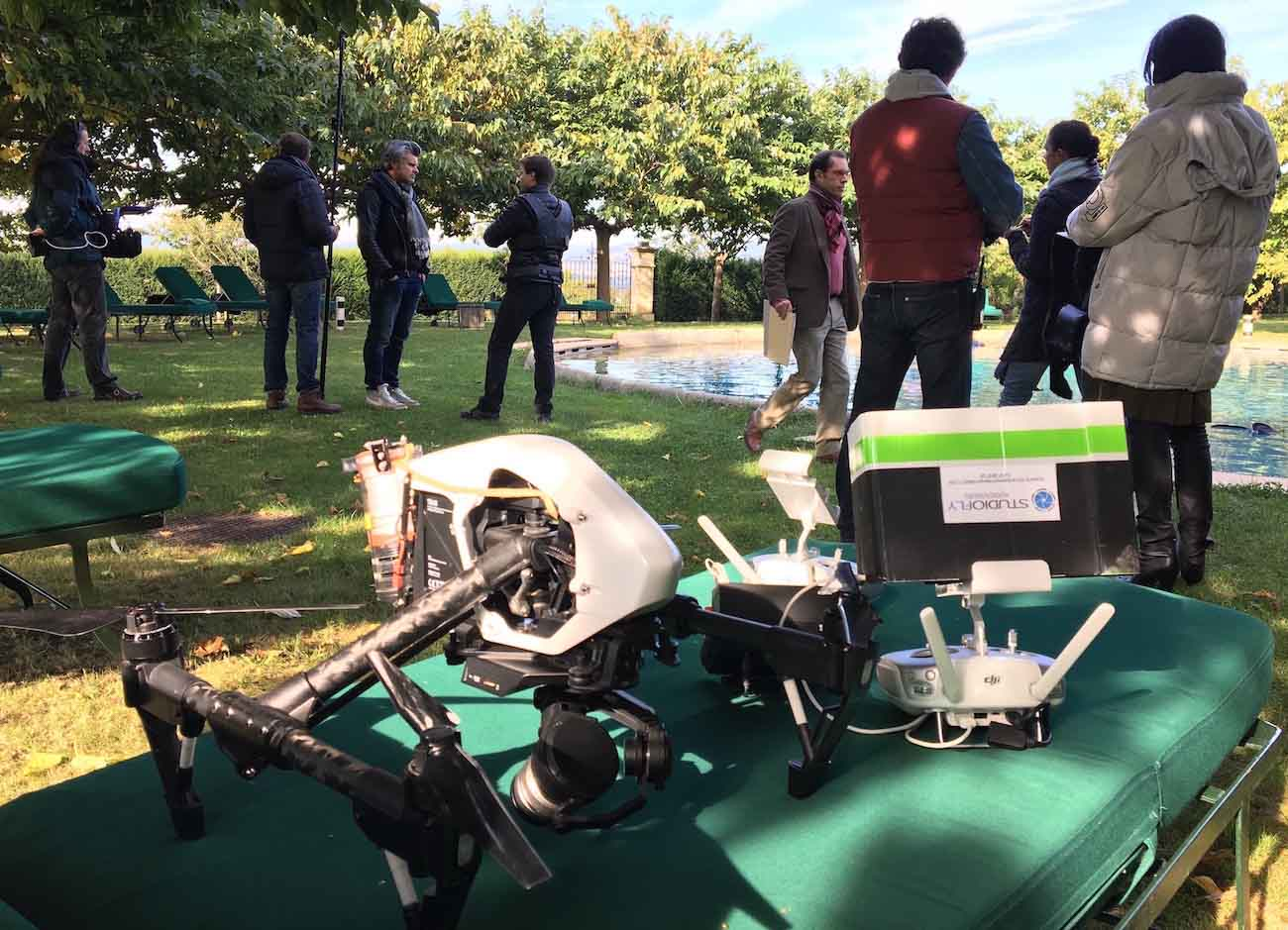 Drone et télécommande sur tournage fiction avec équipe de tournage