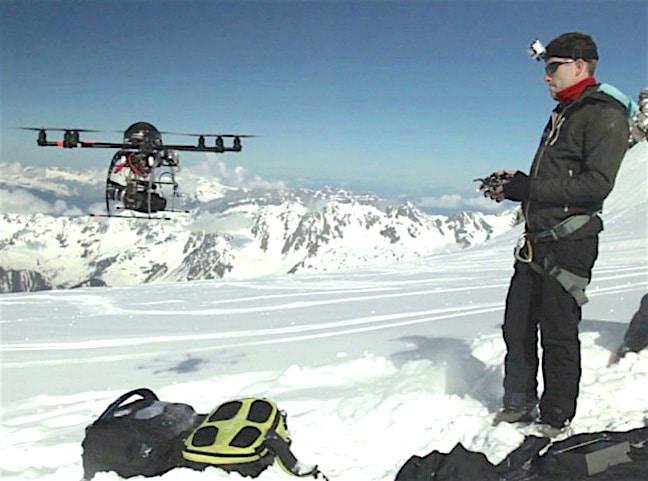 Pilote de drone en tournage montagne