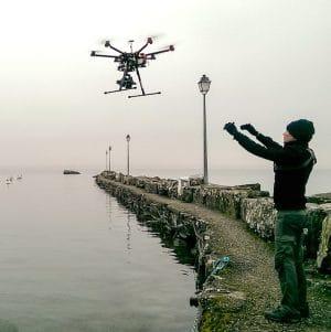 Pilote de drone au dessus de l'eau