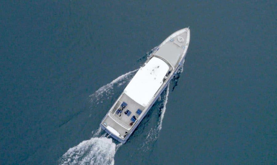 Vue aérienne bateau sur lac léman