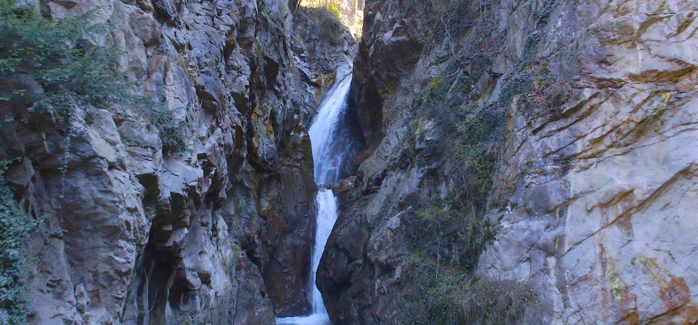 Vue cascade drone en montagne