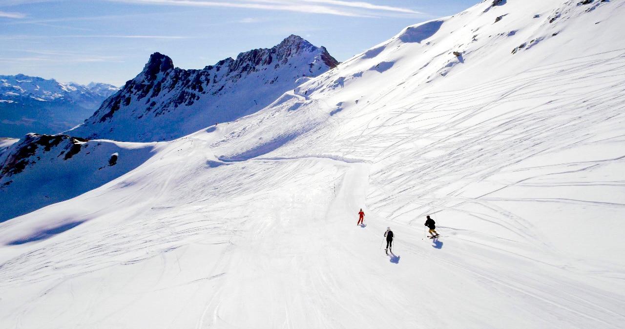 Vue de montage, neige et ski par drone