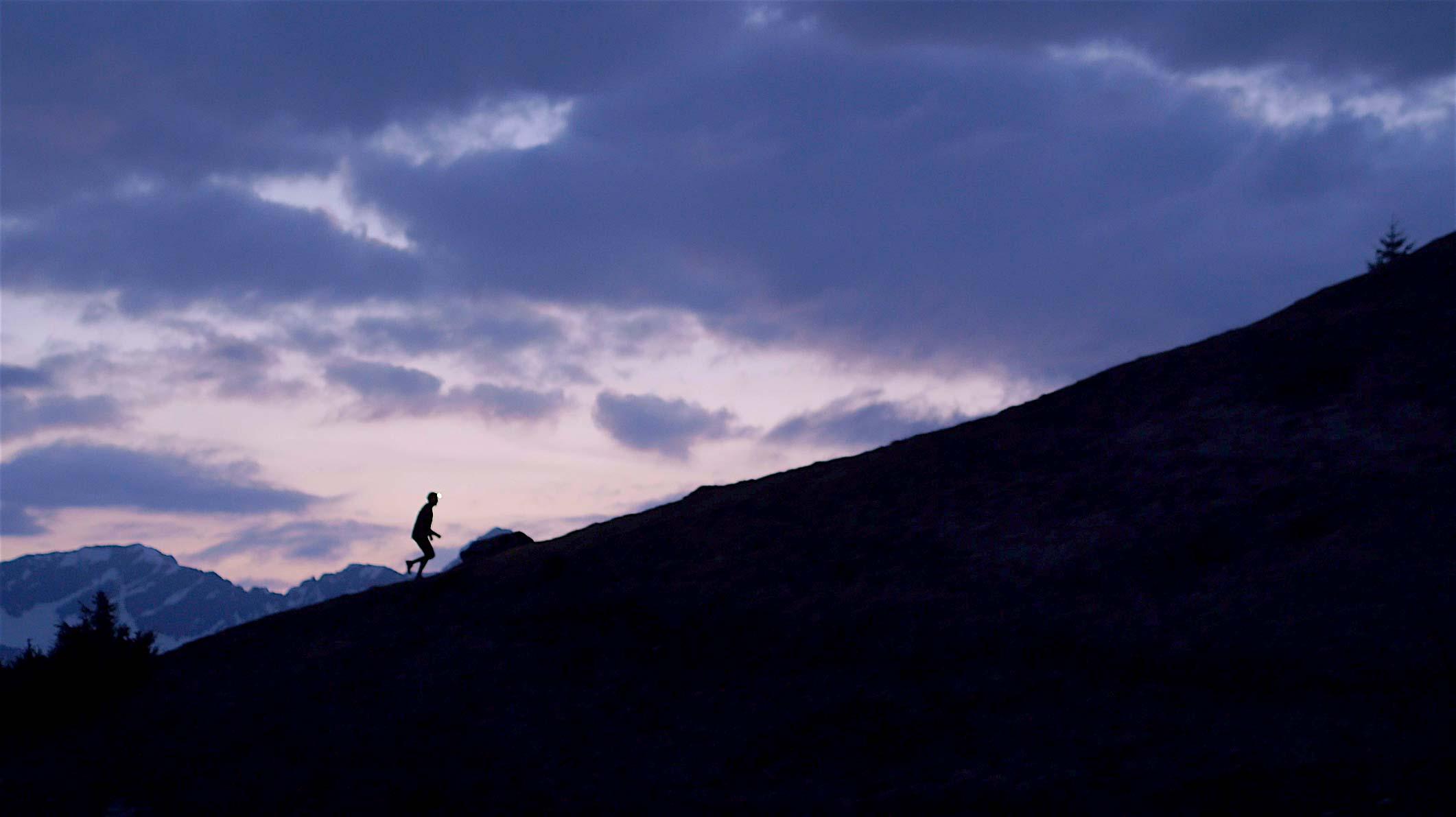 Prise de vue par drone en montagne de nuit