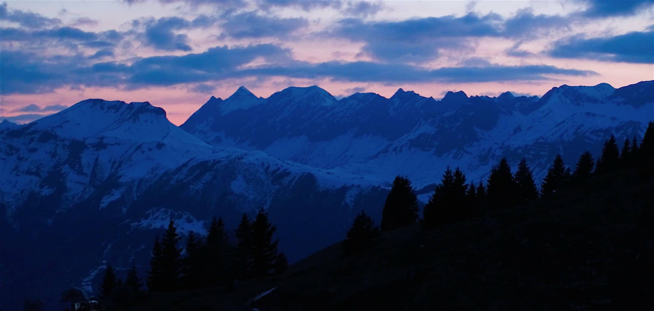 Montagne de nuit par drone