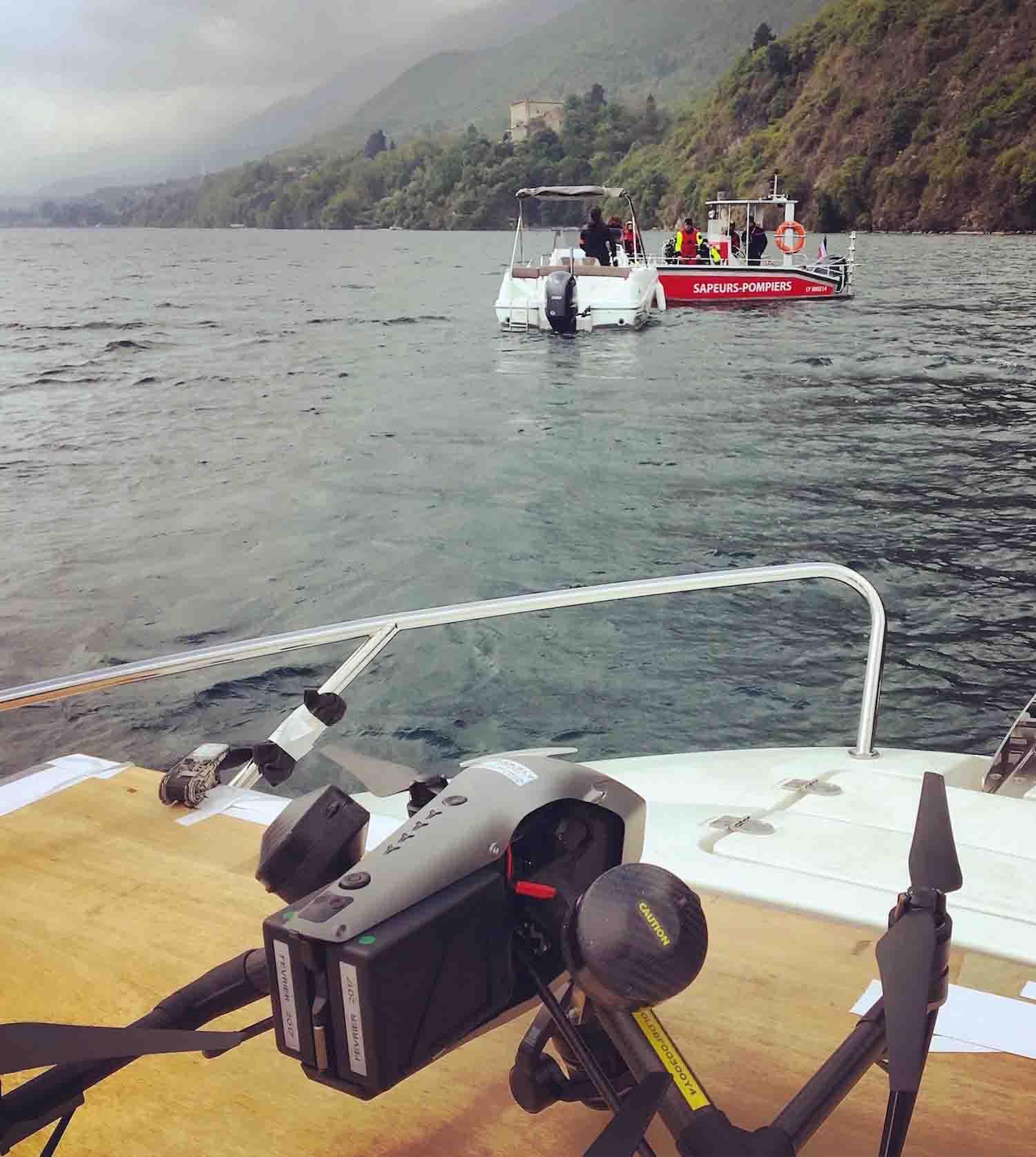 Drone tournage lac Annecy avec pompier sur bateaux