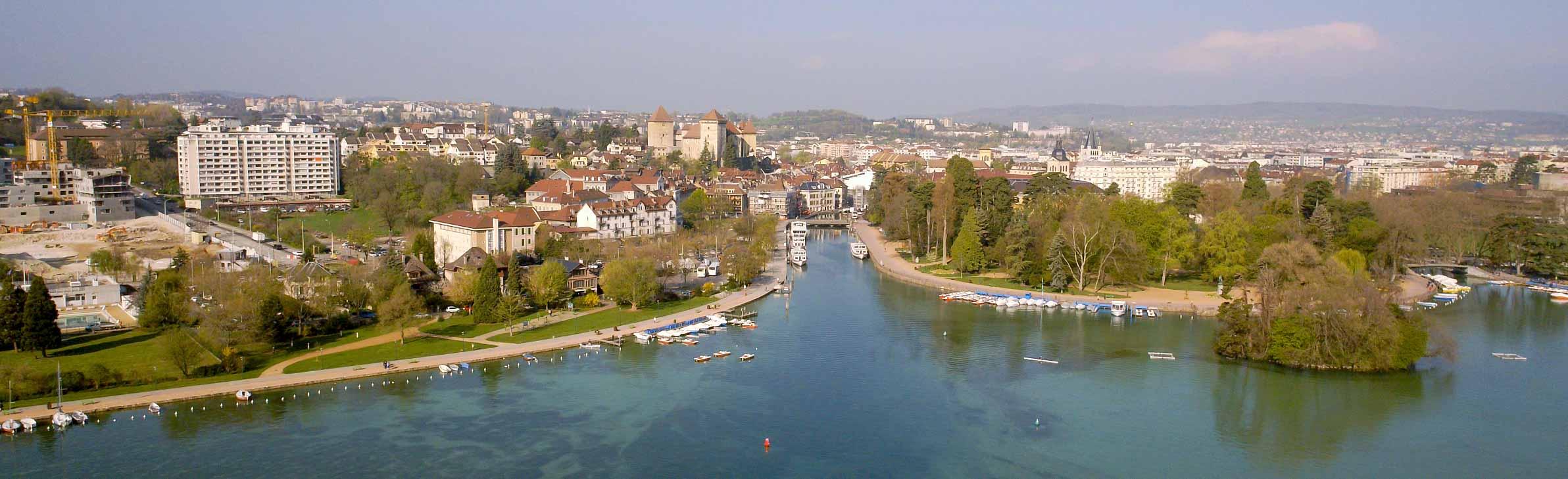 Vue aérienne d'Annecy par drone