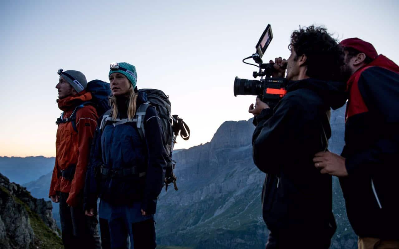 Acteur et caméra pour film en montagne