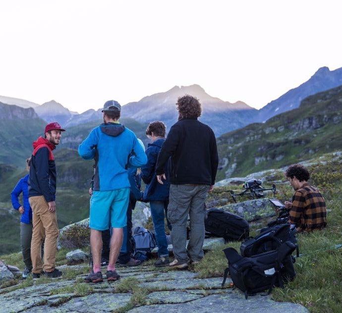 Equipe de drone en montagne