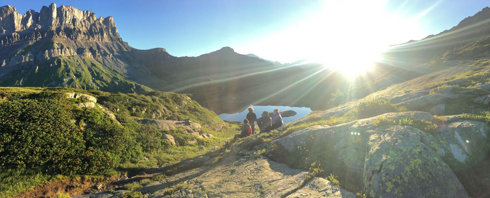 Equipe de tournage en montagne pour un film