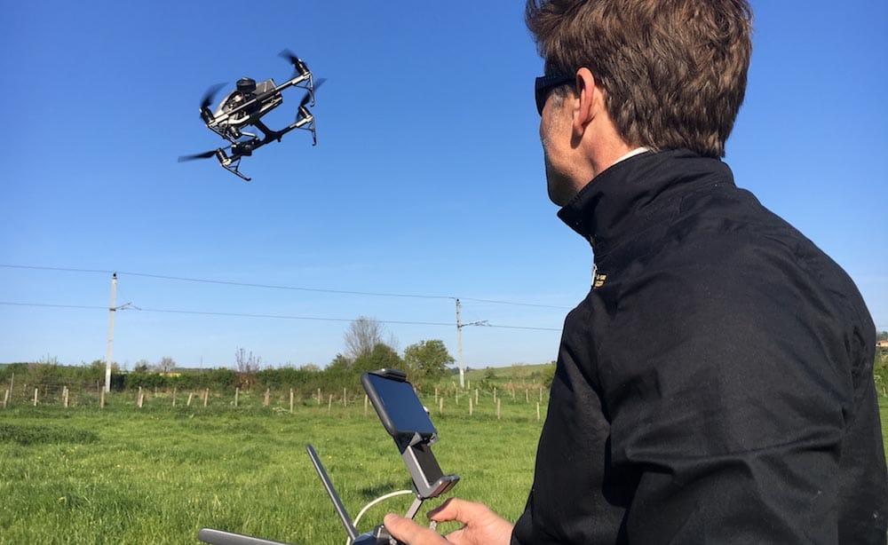 Pilote de drone professionnel et drone en vol