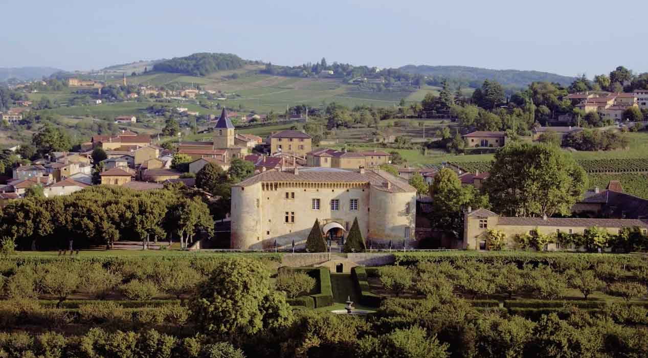 Chateau dans le département du rhône pour film aérien par drone