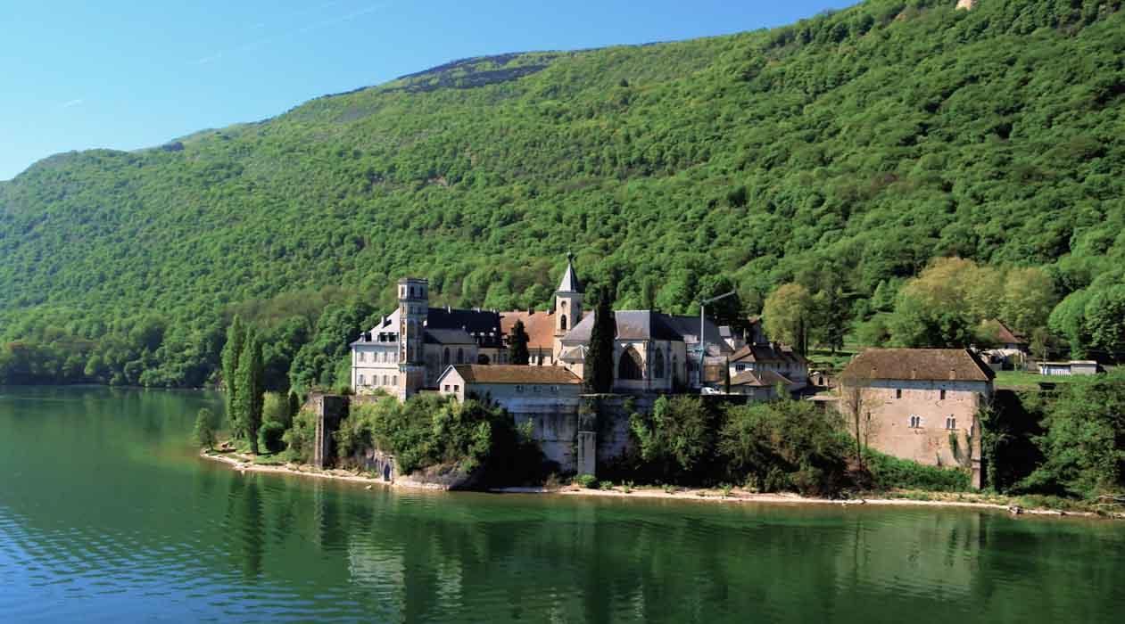 chateau au bord de l'eau en Savoie