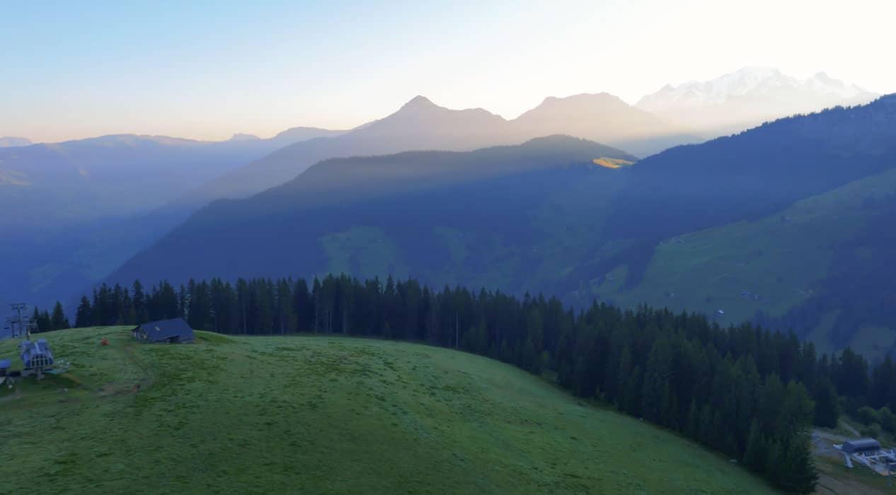 Montagne savoie pour film aérien par drone