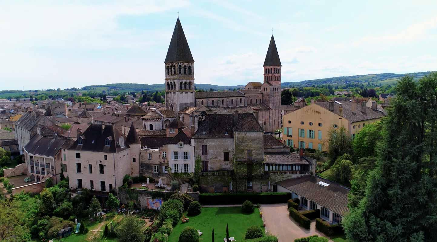 Abbaye Tournus Face film aérien Drone