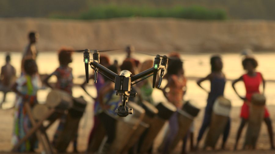 Drone filmant des femmes Arthus Bertrand