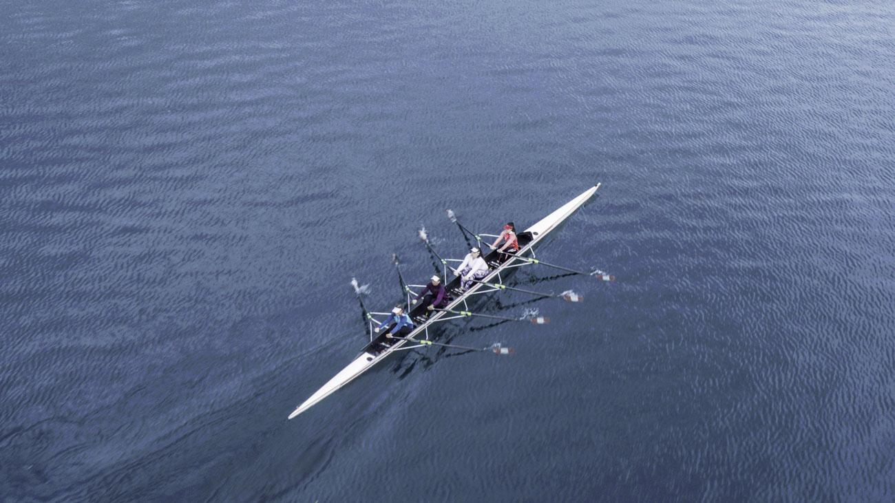 Aviron sur un lac vu par drone