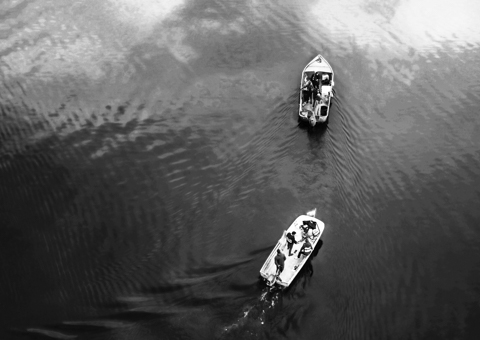 Deux bateau sur un lac vus par drone