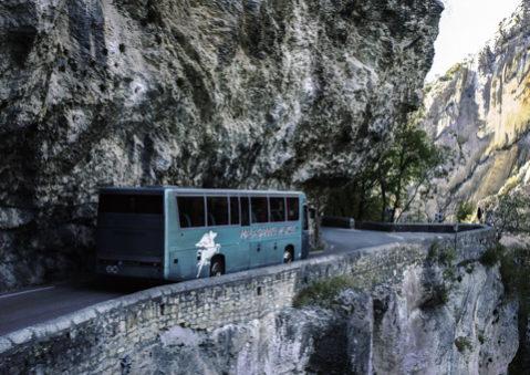 Bus circule montagne vu par drone