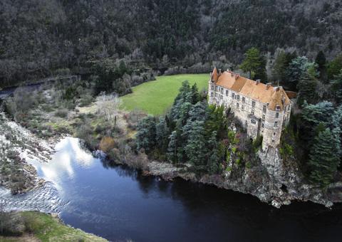 Chateau et paysage vu par drone