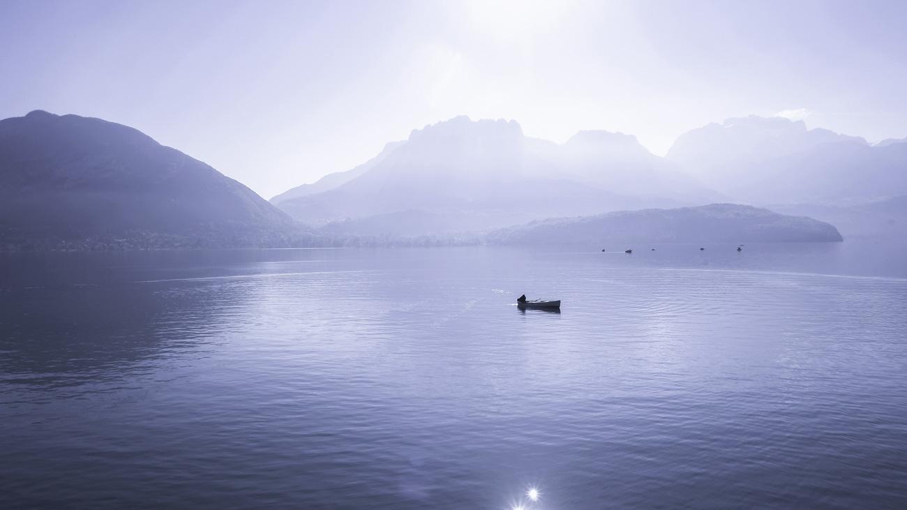 Bateau sur lac vu par drone