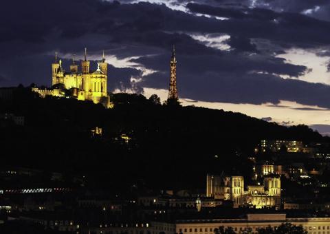 Ville de Lyon de nuit vue par drone