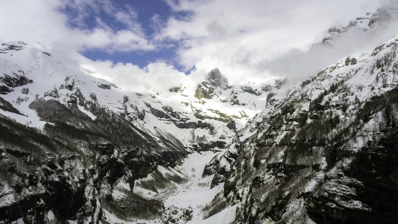 Paysage de montagne enneigé vu par drone