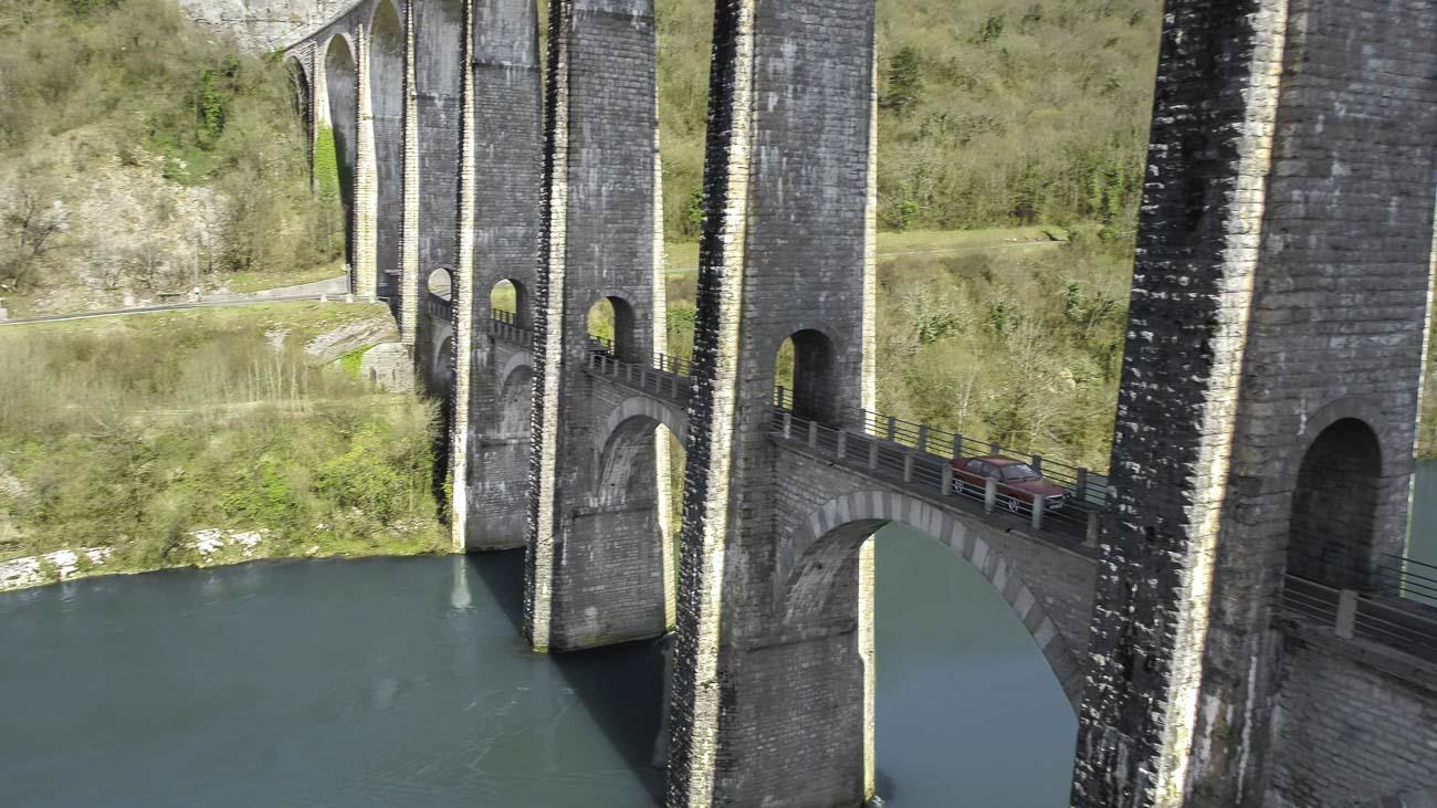 Pont sur rivière vu par drone
