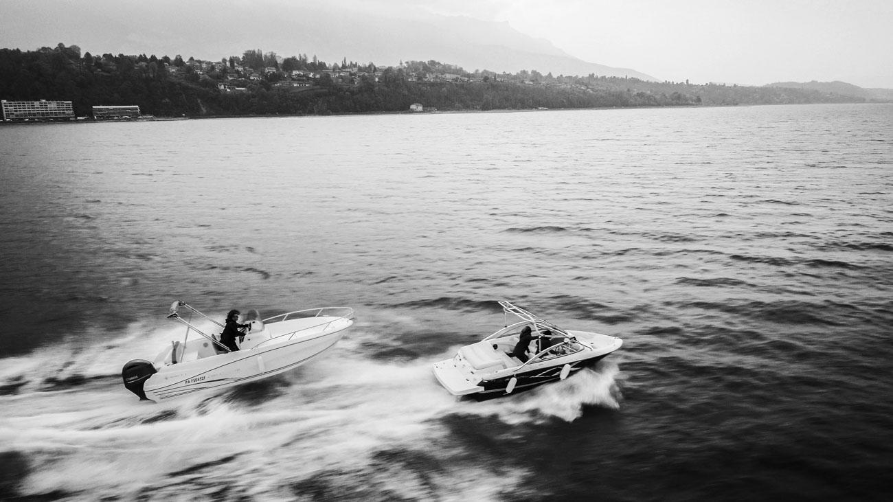 Poursuite bateau sur lac vue par drone