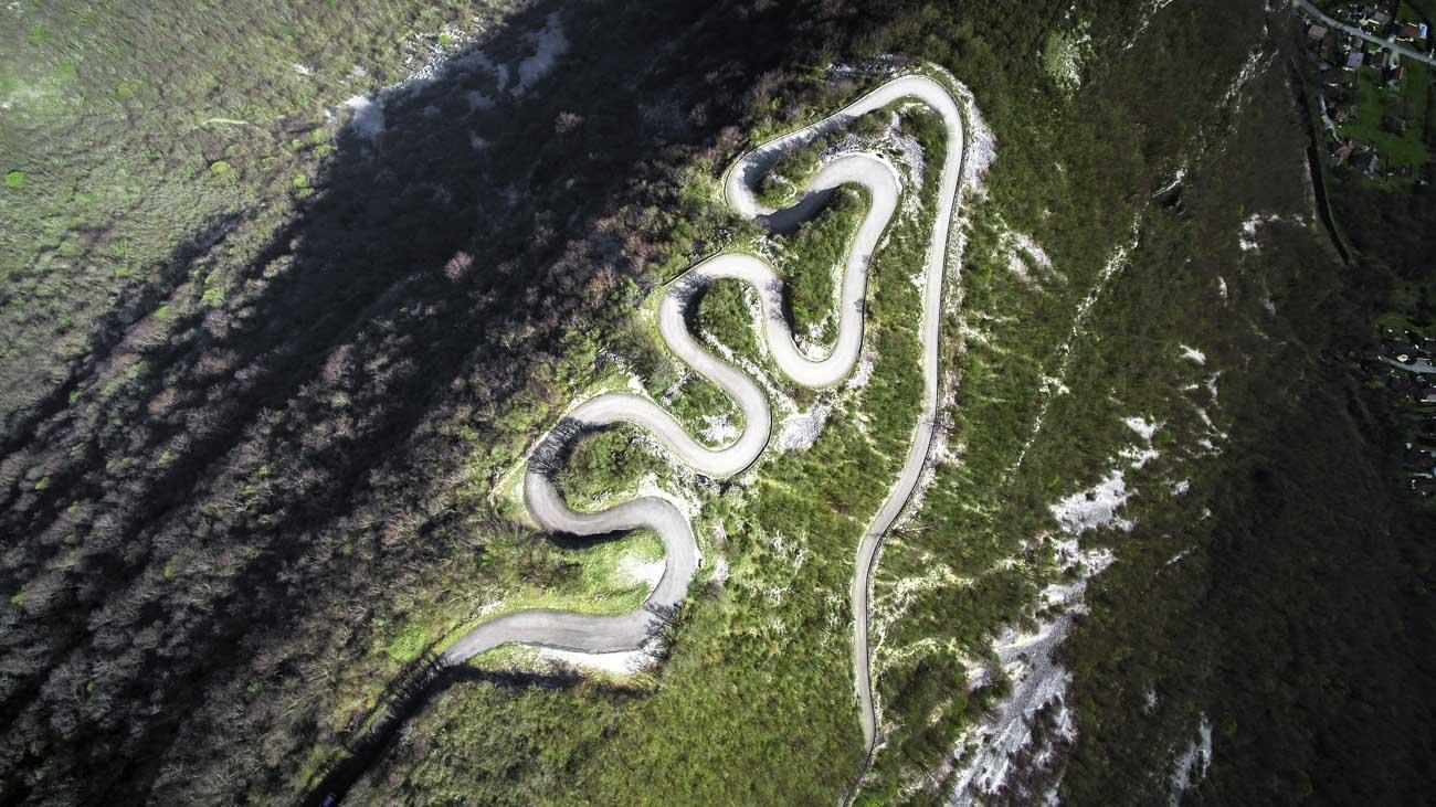 Paysage avec route sinueuse en montagne vu par drone