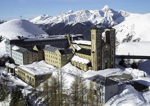 Sanctuaire en isère par drone avec neige